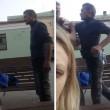 VIDEO Si ferma per un selfie, riprende rissa tra ubriachi