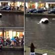 Auto va sott'acqua mamma e figlio salvi per miracolo8