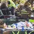 Bus si schianta sotto ponte ferroviario, 11 feriti