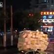 Carico eccezionale in Cina slalom nel traffico da brividi3