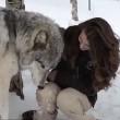 Kekoa, il lupo che bacia la sua amica Danielle3