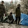 Profughi nel fango, combattono neve e gelo tra le baracche