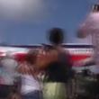 YOUTUBE Aereo atterra sfiorando teste turisti a St Marteen 4