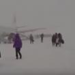 YOUTUBE Motore a fuoco: passeggeri lasciano aereo nella neve 3