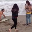 Squalo trascinato fuori dall'acqua per un selfie