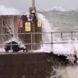 Tempesta Imogen uomo nudo corre verso onda gigante3