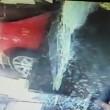 YOUTUBE Auto sfonda vetrine del ristorante: 4 feriti