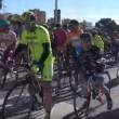 Vento soffia troppo forte: ciclisti cadono a terra3