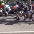 Vento soffia troppo forte: ciclisti cadono a terra