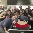 Dorme a lavoro: colleghi fanno FOTO e...parte sfottò 14