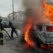 Fumo da cofano auto: donna scende e...scoppia incendio FOTO 4