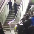 VIDEO Scala mobile inverte direzione: persone cadono in terra
