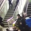 VIDEO Scala mobile inverte direzione: persone cadono in terra 2