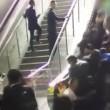 VIDEO Scala mobile inverte direzione: persone cadono in terra 3