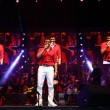YOUTUBE Sonu Nigam, star Bollywood canta in aereo 8