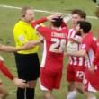 Arbitro fischia mentre gli avversari segnano