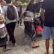 Bali, scippatore picchiato in strada dai passanti7