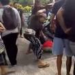 Bali, scippatore picchiato in strada dai passanti6