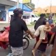 Bali, scippatore picchiato in strada dai passanti4