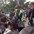 Bali, scippatore picchiato in strada dai passanti3