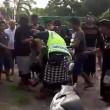 Bali, scippatore picchiato in strada dai passanti2