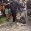 Bali, scippatore picchiato in strada dai passanti