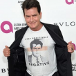 Charlie Sheen, t-shirt ironizza su Hiv FOTO