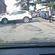 Suv bianco compie 17 manovre per parcheggiare 2