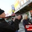 Troupe tv aggredita a Stoccolma da alcuni immigrati 4