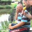 Pescano trote ubriachi, uno di loro finisce in acqua5