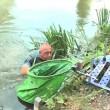 Pescano trote ubriachi, uno di loro finisce in acqua