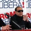 """Berlusconi con gli occhiali da sole: """"Sono come Batman"""" FOTO"""
