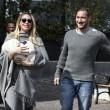 Ilary Blasi e Francesco Totti con Isabel lasciano la clinica (foto Ansa)