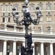 Paura a San Pietro: si arrampica su lampione mentre Papa...04