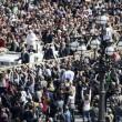 Paura a San Pietro: si arrampica su lampione mentre Papa...08