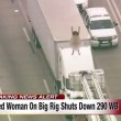 Donna nuda balla su camion in autostrada2