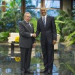 """Obama-Castro: storica stretta di mano al Palazzo della Rivoluzione de L'Avana (FOTO E DIRETTA) fra il presidente degli Stati Uniti, Barack Obama, e il presidente cubano Raul Castro, fratello minore del """"leader maximo"""" Fidel Castro"""