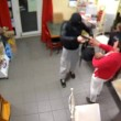 Tabaccaia picchia ladro con lo zainetto 2