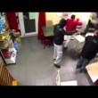 Tabaccaia picchia ladro con lo zainetto 6