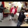 Tabaccaia picchia ladro con lo zainetto 5
