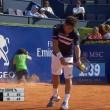 Tennis, raccattapalle inciampa e sbatte al muro