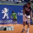 Tennis, raccattapalle inciampa e sbatte al muro4