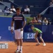 Tennis, raccattapalle inciampa e sbatte al muro2