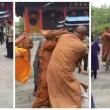 Tre monaci buddisti si picchiano: addio calma zen 5
