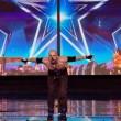 VIDEO YOUTUBE Britain's Got Talent: Alex Magala mangia spade 6