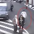 YOUTUBE Bruxelles, uomo col cappello scappa. Appello Polizia8
