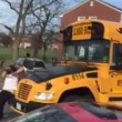 VIDEO Scuolabus non si ferma: papà infuriato s'aggrappa e...