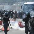Napoli, corteo anti-Renzi contro polizia: sassi, lacrimogeni