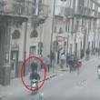 YOUTUBE Spara in testa a migrante nel centro di Palermo