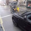 YOUTUBE Usa pc mentre guida: il ciclista la filma01